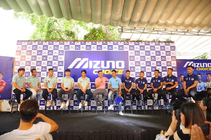 Các cầu thủ HAGL và Thái Sơn Nam giao lưu tại sự kiện