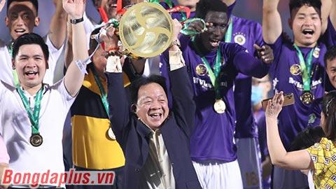Bầu Hiển nâng cúp Quốc gia lịch sử với Hà Nội FC