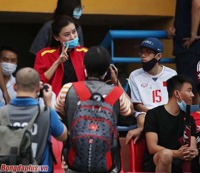 Huyền My đến sân để cổ vũ cho người bạn thân - Đức Huy, cầu thủ bên phía Hà Nội FC
