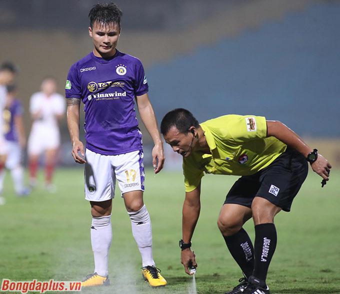 Tiền vệ của Hà Nội FC sau đó bị các cầu thủ Viettel nỗ lực phong tỏa