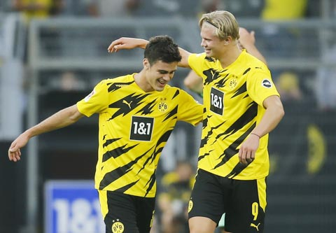 Đồng đội chia vui cùng cầu thủ sinh năm 2002 Giovanni Reyna (trái) sau khi anh ghi bàn mở tỷ số trận đấu