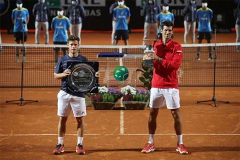 Djokovic (phải) trở thành tay vợt vô địch Masters nhiều nhất (36 lần) sau khi đăng quang ở Rome