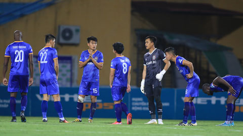 Nỗi buồn của cầu thủ B.BD Ảnh: Minh Tuấn