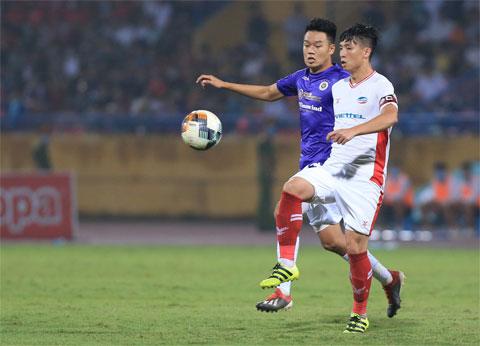 Tiến Dũng (phải) sẽ không thể thi đấu ở vòng 12 V.League Ảnh: ĐỨC CƯỜNG
