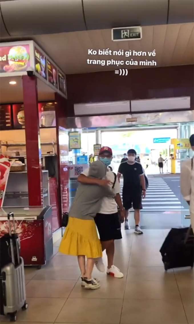Huỳnh Anh ôm Quang Hải ở sân bay - Ảnh: Instagram nhân vật