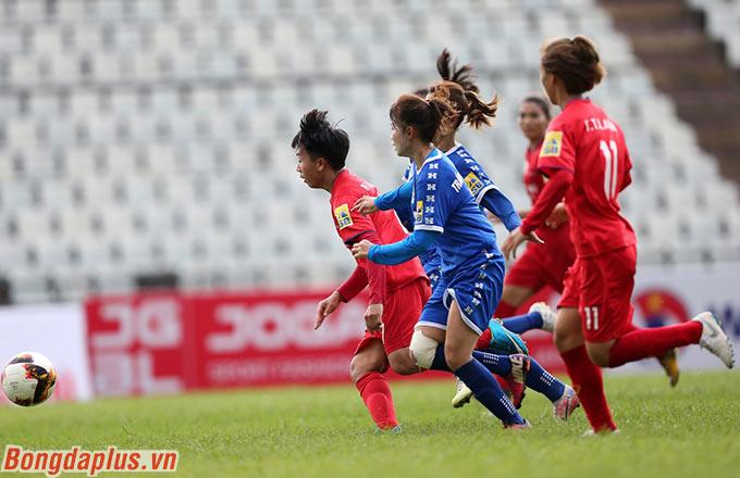 Cô là người thi đấu năng nổ nhất bên phía Phong Phú Hà Nam