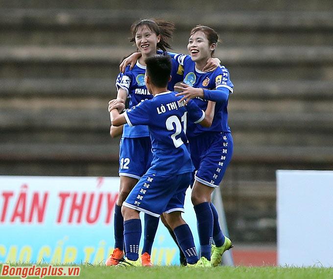 Dù được chơi trên sân nhà nhưng trong bối cảnh thiếu hụt đến 6-7 trụ cột vì chấn thương và treo giò, đội bóng Hà Nam đã bị Thái Nguyên T&T dẫn trước tới 3-1 chỉ trong 45 phút đầu tiên.