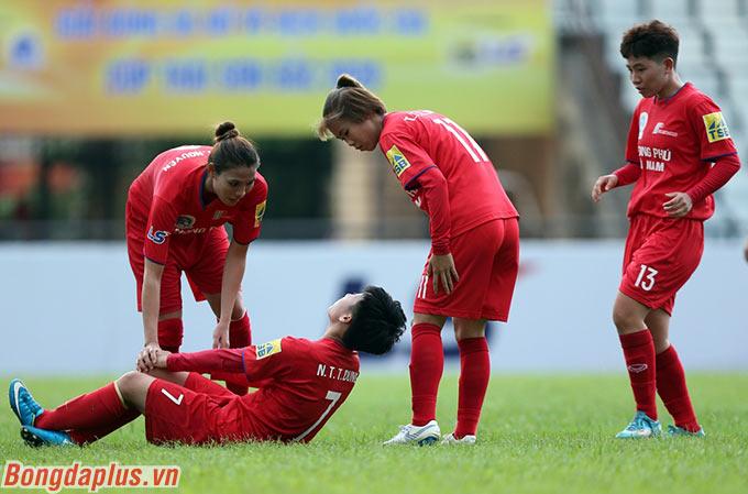 Nhạc trưởng của Phong Phú Hà Nam suýt phải rời sân sau một pha va chạm với cầu thủ đội bạn