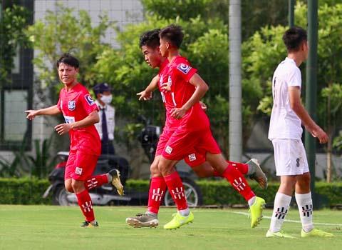 Cầu thủ U17 Sài Gòn (áo hồng) ăn mừng bàn thắng