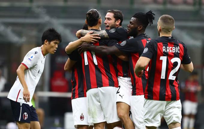 Cầu thủ Milan ăn mừng bàn thắng với Ibrahimovic