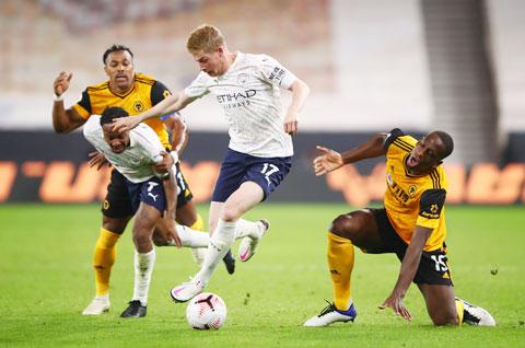 De Bruyne (giữa) thi đấu rất đa năng từ công cho tới thủ