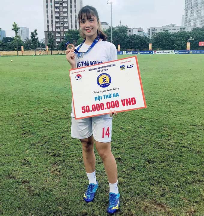 Hà Thị Thùy ăn mừng tấm huy chương đồng Cúp Quốc gia nữ 2019 cùng Thái Nguyên