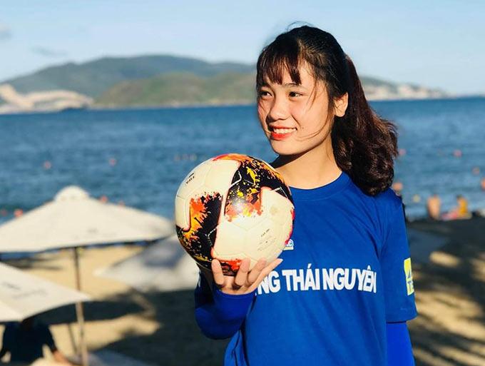 Hà Thị Thùy sinh ra và lớn lên tại huyện Bá Thước, tỉnh Thanh Hóa. Ở đấy, bóng đá nữ chỉ là một con số 0 tròn trĩnh. Nhưng những trận bóng đá trên truyền hình gợi lên cho tôi một tình yêu với môn thể thao này. Ngay từ khi học cấp 2, tôi đã cùng các bạn, các anh chơi bóng trên sân đất. Để rồi khi niềm đam mê tạo nên một thứ động lực nghiêm túc, tôi quyết định dự tuyển vào CLB Phong Phú Hà Nam.