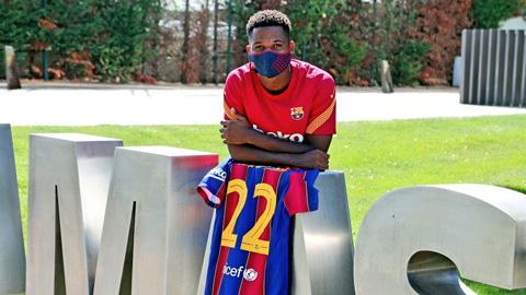 Fati gia hạn với Barca, lấy số áo 22 của Vidal