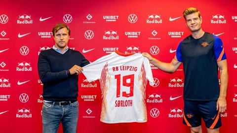Sorloth (phải) trong ngày ký hợp đồng với Leipzig