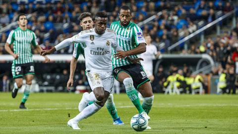 Vinicius (áo trắng) cùng Real đủ sức đả bại Betis
