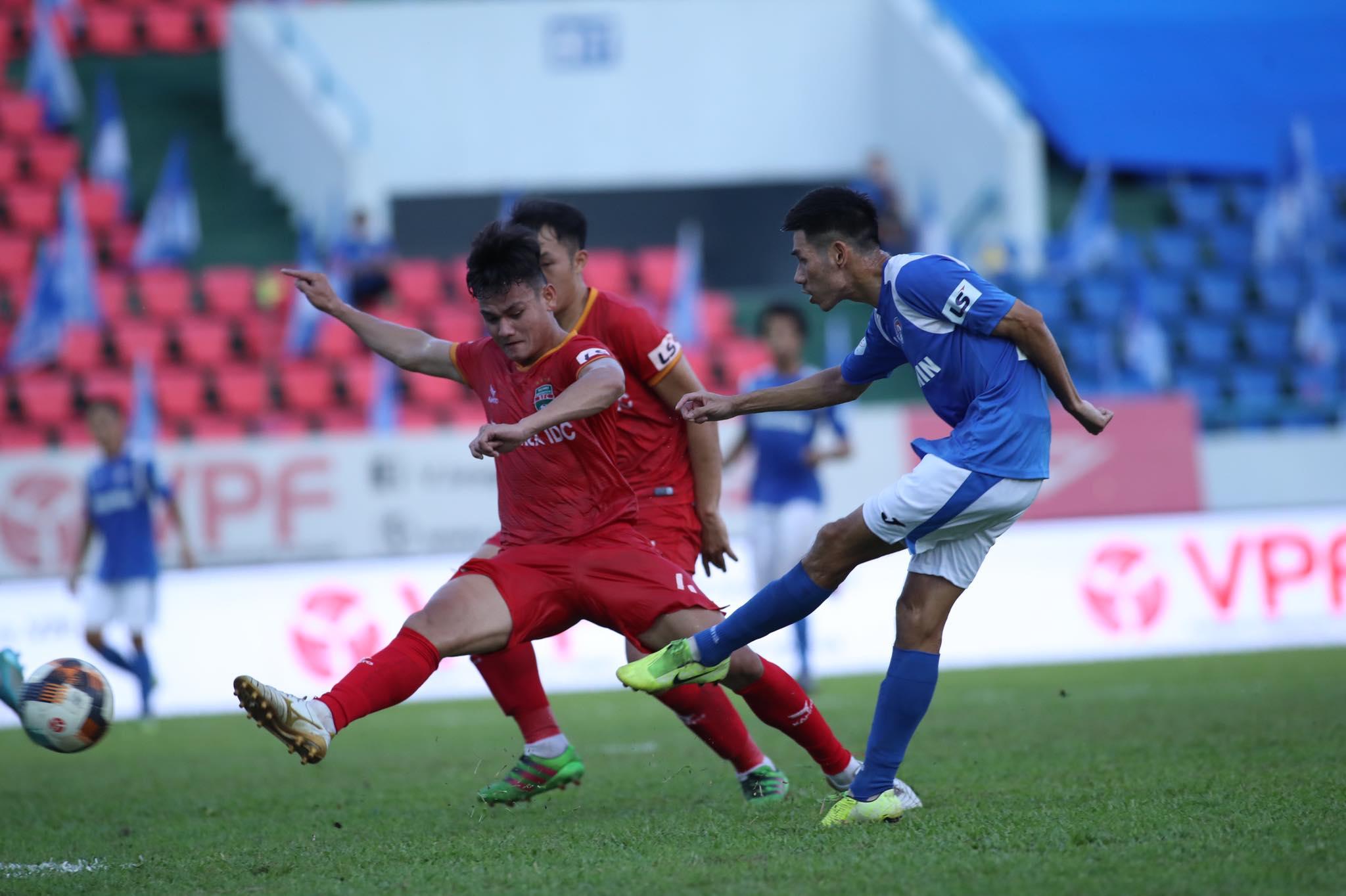 Than.QN sớm có 2 bàn thắng vượt lên dẫn trước B.BD - Ảnh: Phan Tùng