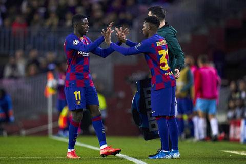 Dembele (trái) và Fati sẽ phải cạnh tranh để giành suất đá chính còn lại trên hàng công Barca