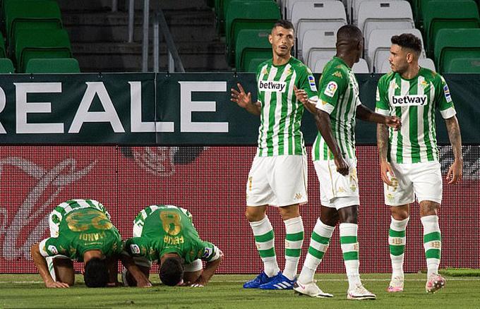 Betis ghi liền hai bàn thắng ở những phút cuối hiệp 1