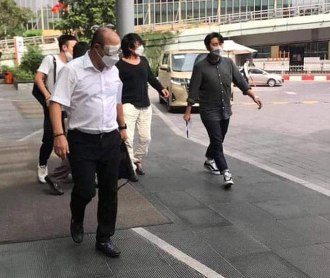 HLV Park Hang Seo xuất hiện với một bên mắt phải băng bó