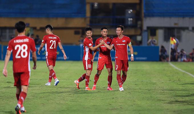 Các cầu thủ Viettel vui mừng khi đả bại được Sài Gòn. Với 3 điểm có được, Viettel rút ngắn khoảng cách với chính đối thủ còn 1 điểm trên BXH