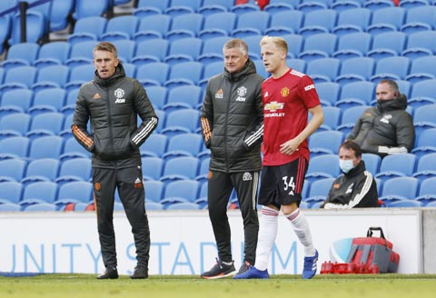 HLV Solskjaer chuẩn bị đưa tân binh Van de Beek vào sân trong trận thắng may mắn và đầy tranh cãi trước Brighton ở vòng 2