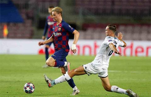 De Jong (trái) cho rằng khi đá ở vị trí tiền vệ trung tâm, sự điểm tĩnh là điều cực kỳ quan trọng