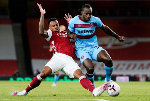 Gabriel (trái) vào bóng dũng mãnh trong trận đấu của Arsenal với West Ham mới đây