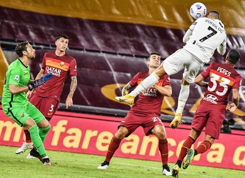 Ronaldo bật cao đánh đầu gỡ hòa 2-2 cho Juventus trong trận đấu với Roma
