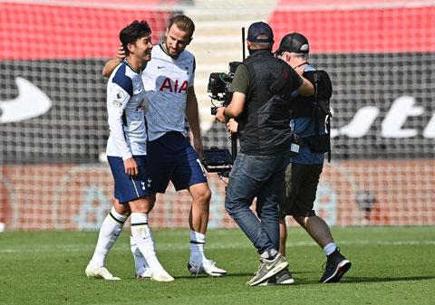 Son Heung-min (trái) không thể đối đầu Chelsea vì chấn thương