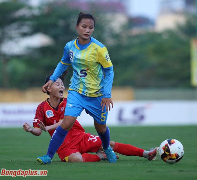. Phút 27, thủ thành Trần Thị Trang của Sơn La phạm lỗi với tiền đạo đối phương trong vòng cấm. Đương nhiên, Nguyễn Ngọc Thanh Như đã không bỏ lỡ cơ hội để ghi bàn thắng đầu tiên ở giải đấu