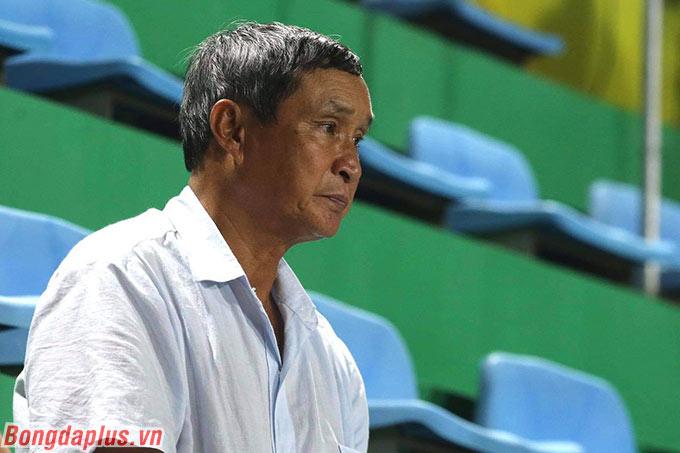 HLV Mai Đức Chung của ĐT nữ Việt Nam theo dõi trận cầu tâm điểm vòng 3