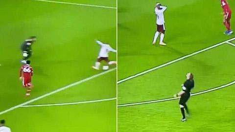 Trọng tài Pawson bị nghi là fan Arsenal vì hành động khó tin