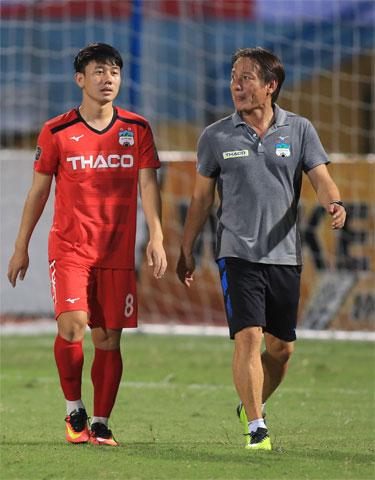 HLV Văn Đàn làm công tác tư tưởng cho Minh Vương trong một trận đấu  tại V.League - Ảnh: Minh Tuấn