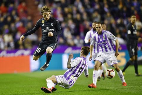 Modric (trên) sẽ cùng đồng đội chinh phục đối thủ dưới cơ Valladolid