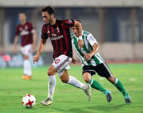 Milan (áo sẫm) vẫn toàn thắng từ đầu mùa giải mới