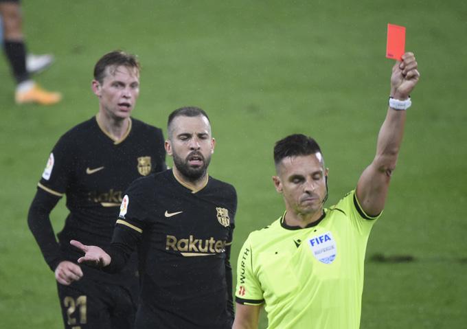 Barca chỉ còn 10 người trên sân ở phút 42, khi Lenglet nhận 2 thẻ vàng rời sân