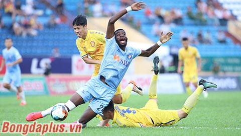 HLV Lê Huỳnh Đức đổ lỗi cho chất lượng sân Nam Định