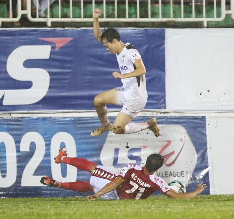 TP.HCM (áo đỏ) gặp vô vàn khó khăn trong trận thua 2-5 trước HAGL - Ảnh: Minh Trần