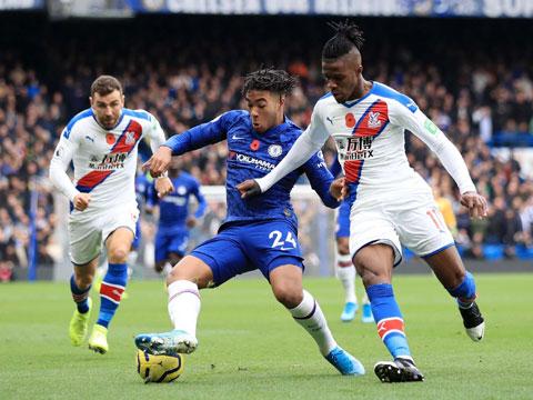 Chelsea (áo sẫm) sẽ đánh bại Crystal Palace để quên đi nỗi đau bị loại khỏi Cúp Liên đoàn