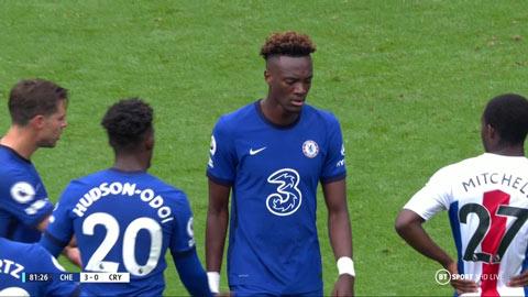 Khuôn mặt anh lộ rõ vẻ thất vọng dù đội nhà thắng tới 4-0
