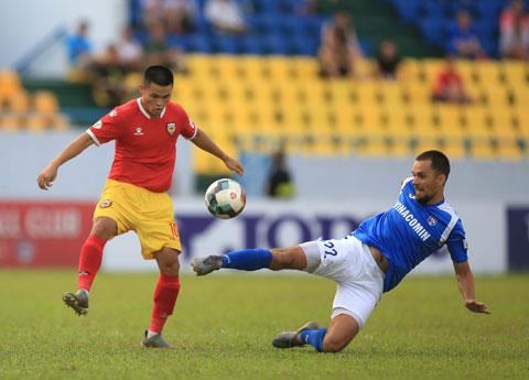 Cầu thủ HL Hà Tĩnh (trái) nỗ lực trong một tình huống tấn công    Ảnh: Minh Tuấn