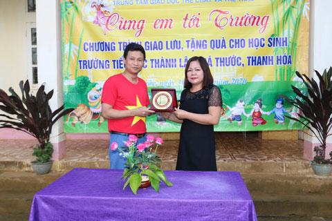Tiến sỹ Nguyễn Việt Hòa, GĐ Trung tâm trao tặng kỉ niệm chương cho trường