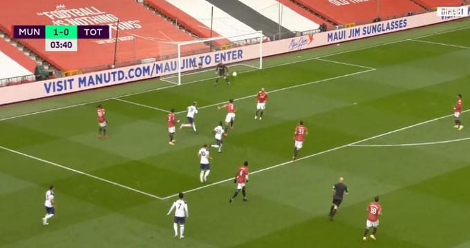 Maguire đánh đầu trả về quá non khiến M.U nhận bàn thua