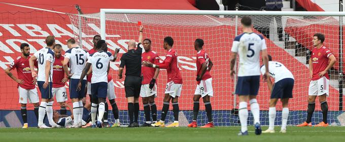 Thẻ đỏ của Martial khiến M.U không thể gượng dậy