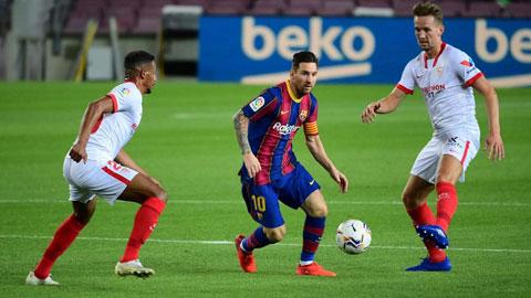 Messi (áo sẫm) đã không còn là chính mình trong trận hòa Sevilla