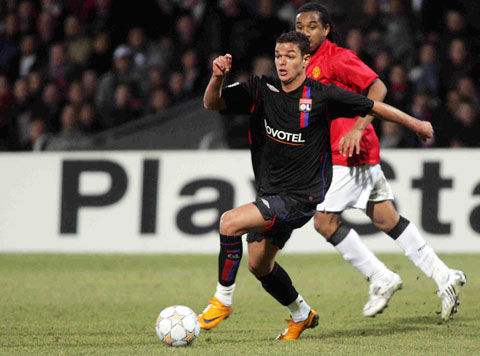 Ben Arfa (trước) hồi tung hoành trong màu áo Lyon
