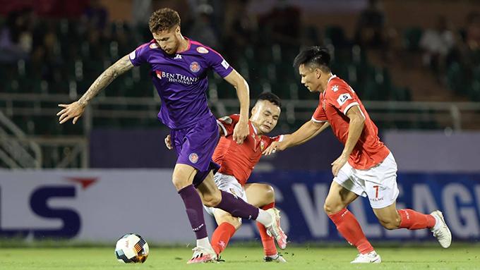 Sài Gòn (áo tím) đã giành trọn 3 điểm trước HL.HT. Ảnh:  Quốc An