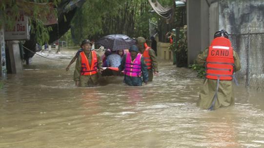 Mưa lớn đã khiến Thừa Thiên Huế bị ngập lũ nhiều nơi. Ảnh: PLO
