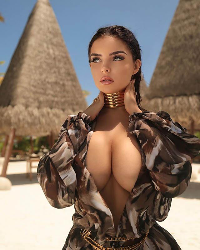 Cách đây chưa lâu, Demi Rose khoe ảnh đang du lịch tại resort sang trọng Heritance Aarah tại Maldives. Nhưng điều người ta quan tâm nhất là việc Demi mặc trang phục khoe tối đa vòng một. Bức ảnh này hiện nhận được gần 400.000 lượt thích